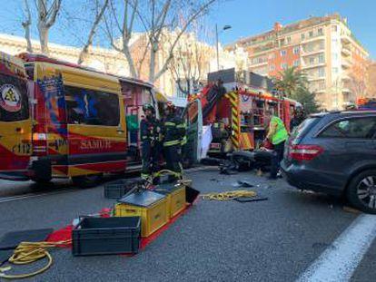 Los servicios de Emergencias en el lugar del accidente en Paseo General Martínez Campos.