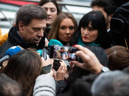 El padre de Diana, Juan Carlos Quer, la semana pasada, con la prensa a las puertas del juzgado. En vídeo, El Chicle durante el juicio, entre ausente e impasible.