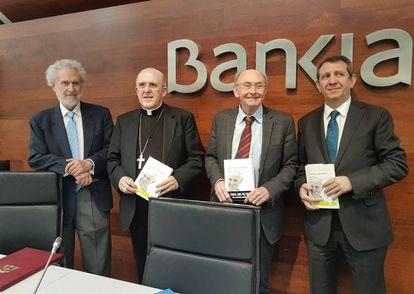 Dominique Wolton, tercero por la izquierda, junto a Víctor Pérez-Díaz, el cardenal Osoro y José Luis Restán.
