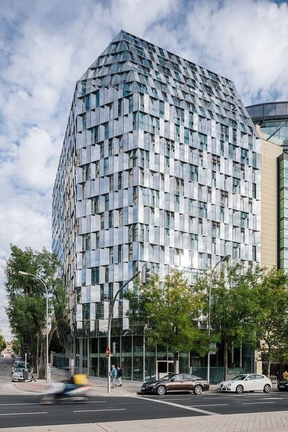 El Dissipating Office Building diseñado por los arquitectos Javier García-Germán y Borja Peña en el Paseo de la Castellana (Madrid) se encuentra un paso adelante en la arquitectura termodinámica. Su piel de vidrio caleidoscópica esconde un análisis paramétrico de la radiación anual sobre el edificio. |