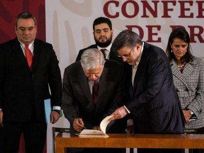 López Obrador firma un decreto para poner fin a las condonaciones fiscales.