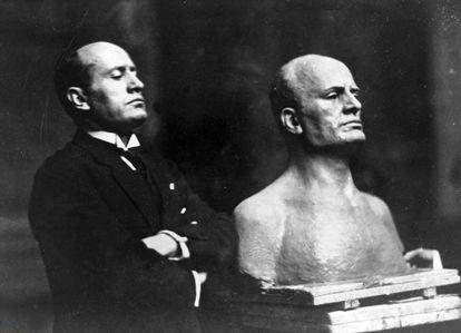 Mussolini, en 1925 junto a un busto realizado en su honor.