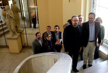 Los portavoces parlamentarios de Ciudadanos, Juan Carlos Girauta (i), y del PSOE, Antonio Hernando (d), tras acordar el escenario que se abre tras la fallida investidura.