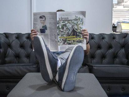 Un lector consulta el último número de 'Ideas'.