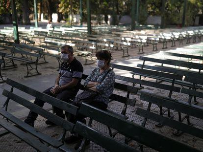 Un hombre y una mujer en un santuario al aire libre en Santiago de Chile, el viernes.