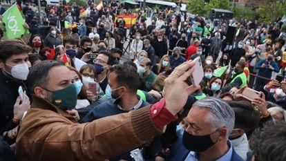 Santiago Abascal se hace un selfi con admiradores tras el mitin de Vox este martes en el barrio madrileño de Hortaleza, este martes.