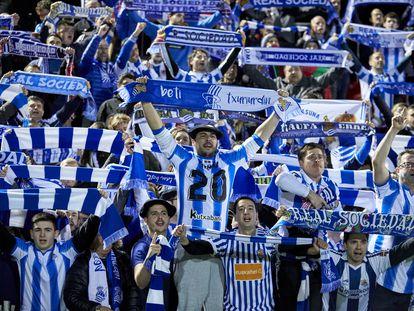 Los aficionados de la Real celebran la clasificación para la final de la Copa.