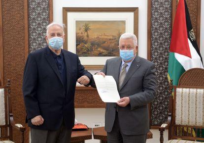 El presidente de la Autoridad Palestina, Mahmud Abbas (a la derecha), entrega el decreto electoral al presidente del comité electoral nacional, Hanna Nasser, este viernes en la ciudad cisjordana de Ramala.