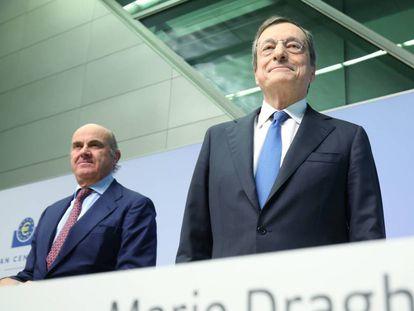 El ahora expresidente del Banco Central Europeo, Mario Draghi, y el vicepresidente, Luis de Guindos, atienden una rueda de prensa en la ciudad alemana de Fráncfort.
