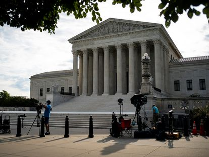 Miembros de equipos de prensa frente al Tribunal Supremo de Estados Unidos.