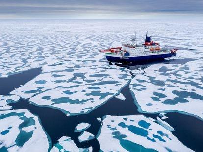 El rompehielos 'Polarstern' avanza a través del hielo ártico, la semana pasada.