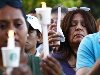 Ciudadanos de Gilroy en la vigilia por las víctimas del tiroteo. En vídeo, imágenes del atentado.