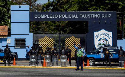 Agentes resguardan las instalaciones centrales de la Policía en Managua.
