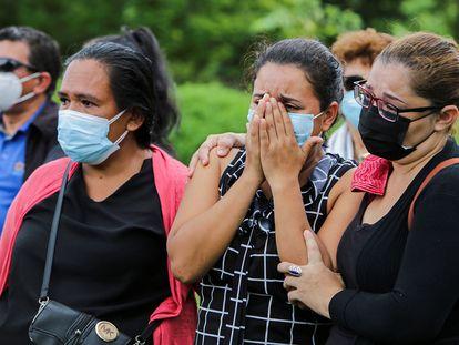 Familiares de Heydi Meza, madre del líder estudiantil Max Jerez, durante sus honras fúnebres. Jerez es considerado un preso político del régimen de Nicaragua, que le prohibió ver a su madre mientras agonizaba y asistir a su entierro.