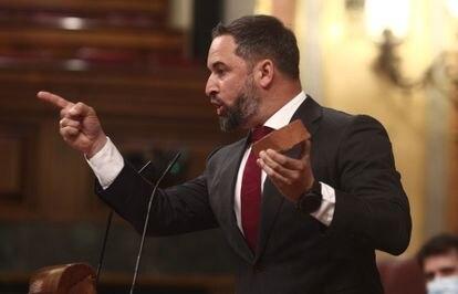 El líder de Vox, Santiago Abascal, interviene con un ladrillo en el Congreso de los Diputados.
