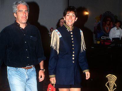 Jeffrey Epstein y Ghislaine Maxwell en el estreno de la película 'Batman Forever', en junio de 1995 en Nueva York.