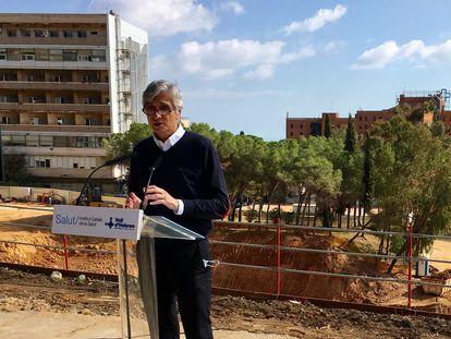 El consejero de Salud de la Generalitat, Josep Maria Argimon, frente a las obras del nuevo campus Vall d'Hebron de Barcelona.