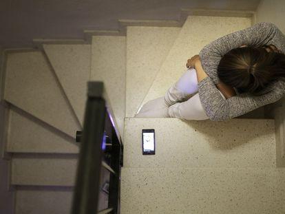 Las víctimas sufren las estafas a través de sus móviles, donde descubren las ofertas en aplicaciones de compraventa.