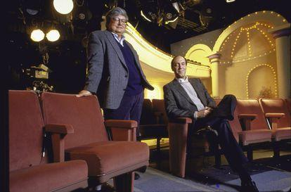 Roger Ebert (de pie) y Gene Siskel en el sencillo plató del programa 'Siskel and Ebert at the Movies'.