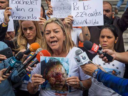 Geraldine Moreno, con una foto de su hija Rosa Orozco, en Caracas el pasado día 5.
