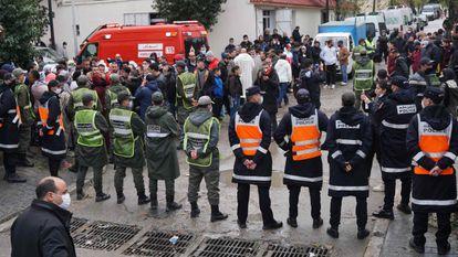 Los servicios de emergencias rodeaban el lunes la zona junto al taller inundado en el que murieron 28 trabajadores, en Tánger.
