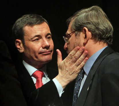 Tomás Gómez conversa con Lissavetzky en un acto de homenaje a Tierno Galván.
