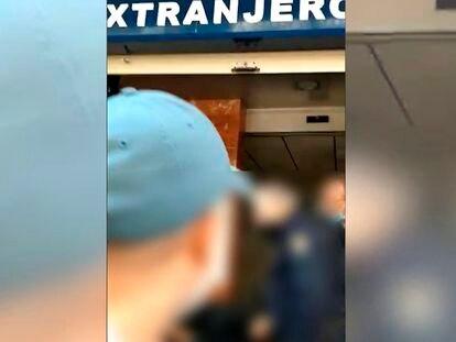 Con gorra azul, el hombre que insultó a los policías nacionales en diciembre en Alicante, que luego fue identificado y deportado a Bulgaria.