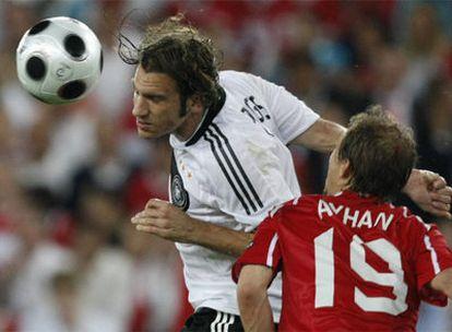 El alemán Torsten Frings golpea de cabeza frente al turco Ayhan Akman.
