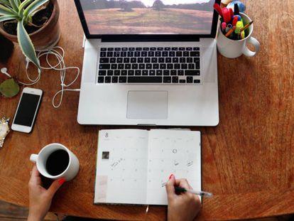 Al empezar y concluir la jornada viene bien tomarse un tiempo para repasar el trabajo realizado y anotar las tareas pendientes.