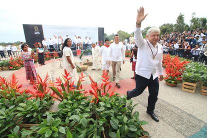 Andrés Manuel López Obrador en una ceremonia con comunidades indígenas Mayas donde ofrendaron comida para iniciar la construcción del tren Maya.