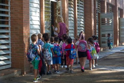 Alumnos con su maestra en una escuela de Barcelona.