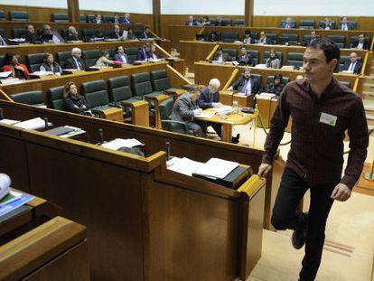 Hasier Arraiz se dispone a intervenir en el pleno del Parlamento.