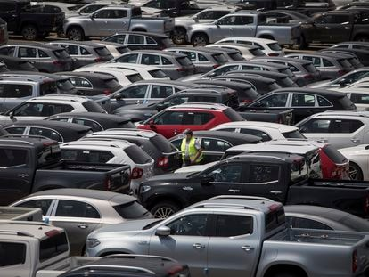 Aparcamiento de coches nuevos listos para la ditribución en Sant Boi del Llobregat