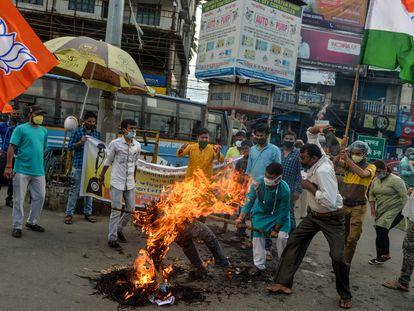 Activistas del nacionalista Partido Bharatiya Janata en la India queman este miércoles una efigie del presidente chino, Xi Jinping.
