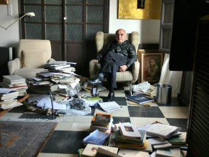 Francisco Brines, en su casa de Oliva (Valencia), en 2011.
