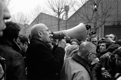 Michel Foucault, con megáfono, y Jean-Paul Sartre, hablando con periodistas, durante una manifestación, en 1972, frente a la fábrica de Renault en protesta contra el asesinato de Pierre Overney.