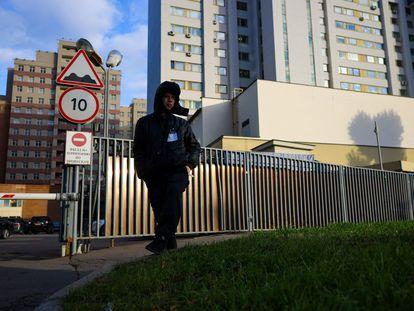Un guarda de seguridad vigila los edificios que albergan la oficina de la OTAN en Moscú, el pasado martes.
