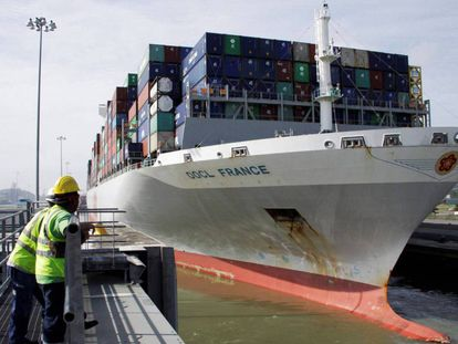 Un carguero atraviesa el Canal de Panamá, en Panamá.