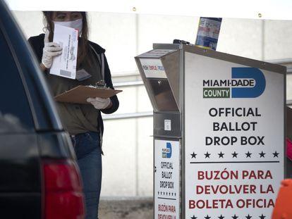 Buzón para depositar el voto por correo en Miami.