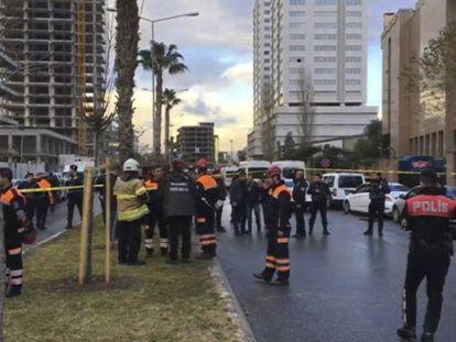 Los servicios de emergencia rodean la zona del atentado en Esmirna.