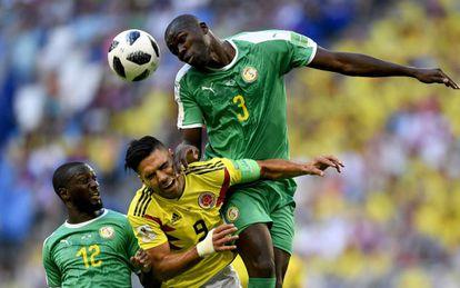 Koulibaly se impone a Falcao.