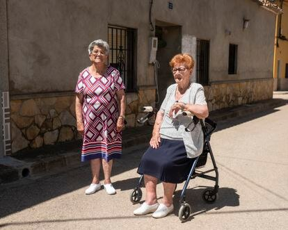 Dominica (85 years old) and Consuelo Hiranzo (92 years old), residents of Balsa de Ves, where they were born and have spent their entire lives.