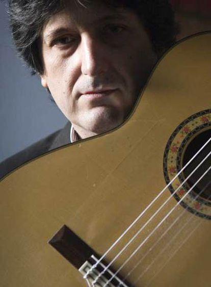 José Manuel Cañizares, junto a su guitarra.