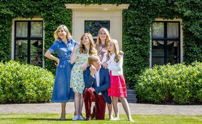 Los reyes Guillermo y Máxima de Holanda con sus hijas Amalia, Alexia y Ariadna el 13 de julio de 2018 en Wassenaar, Holanda.