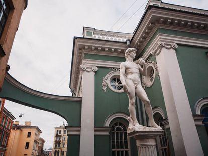 La réplica del 'David' de Miguel Ángel a la entrada de la exposición 'Miguel Ángel. Creación del mundo' en San Petersburgo, Rusia.