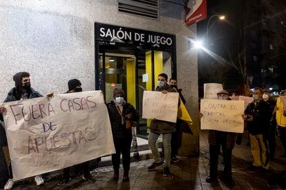 Concentración en el barrio de Aluche contra las casas de apuestas.