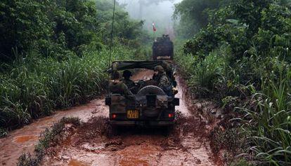 Un grupo de soldados franceses escolta a un convoy que saca a musulmanes que huyen de la violencia en Bangui.