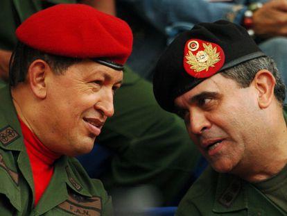 El entonces presidente de Venezuela, Hugo Chávez, y Raúl Baduel, ministro de Defensa, en una imagen de agosto de 2006 en Caracas.