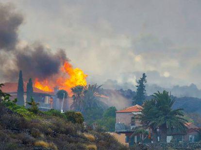 Una casa arde por los efectos de la erupción el volcán de La Palma este lunes.