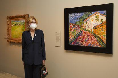 Carmen Cervera posa con unos cuadros de la exposición. / Borja De La Lama-Noriega